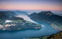 Morgens vor Sonnenaufgang am Fronalpstock, Blick über den Vierwaldstättersee und Brunnen - ©Christiane Dreher